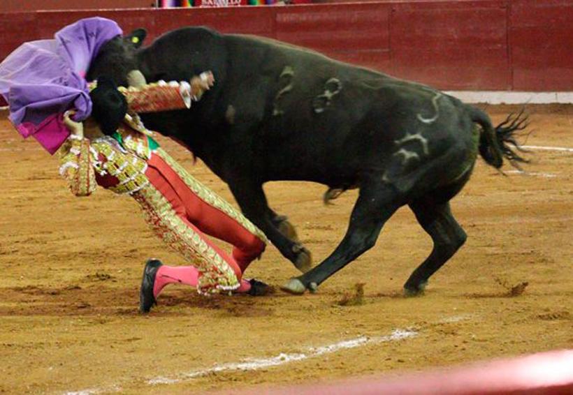 Recibe aparatosa cornada torero en SLP; podría perder el brazo izquierdo