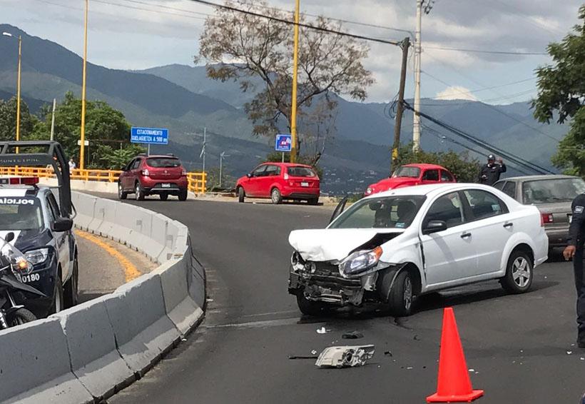 Dos mujeres lesionadas en aparatoso choque en Cerro del Fortín, Oaxaca