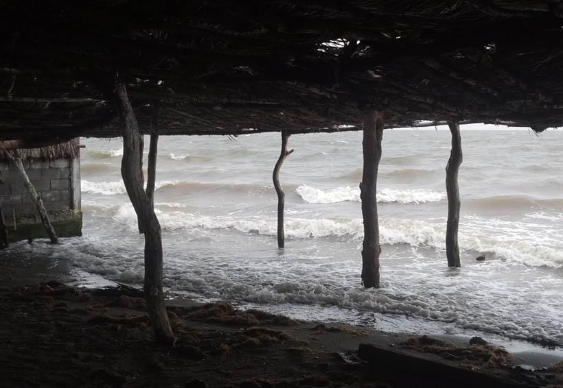 Mar llega hasta la zona de las palapas en Playa Vicente | El Imparcial de Oaxaca