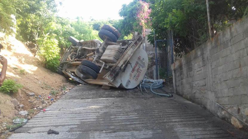 Vuelca una pipa en Salina Cruz, Oaxaca | El Imparcial de Oaxaca