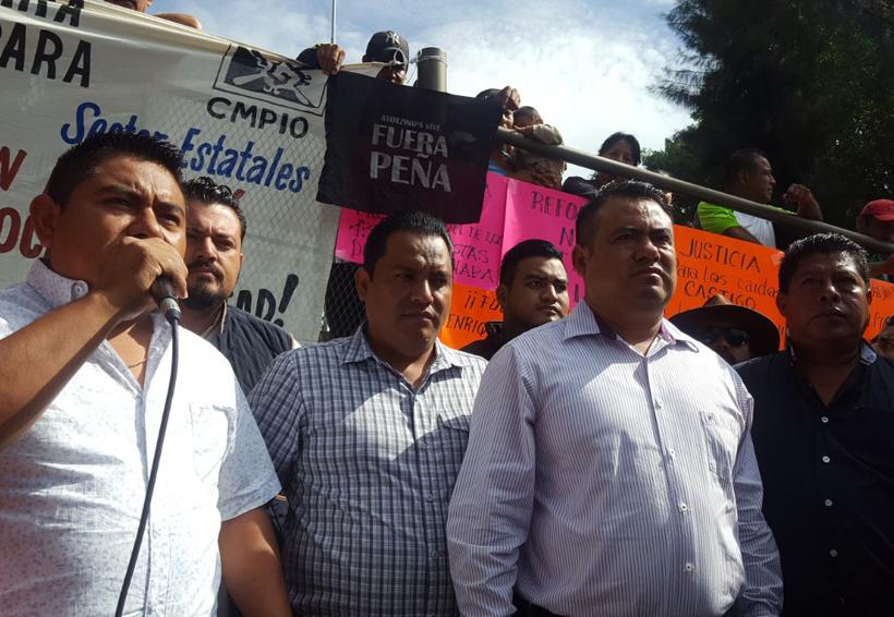Cohete pirotécnico de maestros impacta aeronave oficial en acto de Peña Nieto