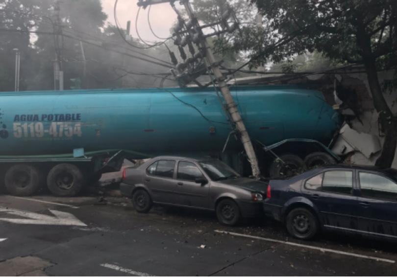 Pipa embiste autos y se estrella contra una casa en CDMX | El Imparcial de Oaxaca