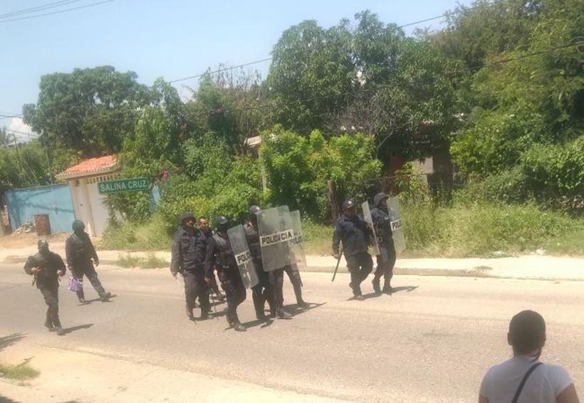 Video: Policías y manifestantes se enfrentan en Salina Cruz, Oaxaca | El Imparcial de Oaxaca