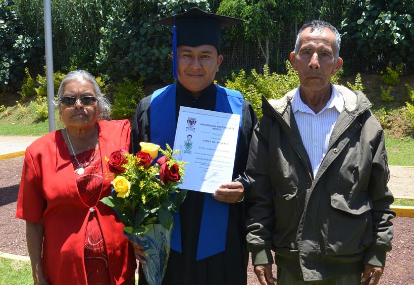 Daniel se gradúa como licenciado En Educación Física