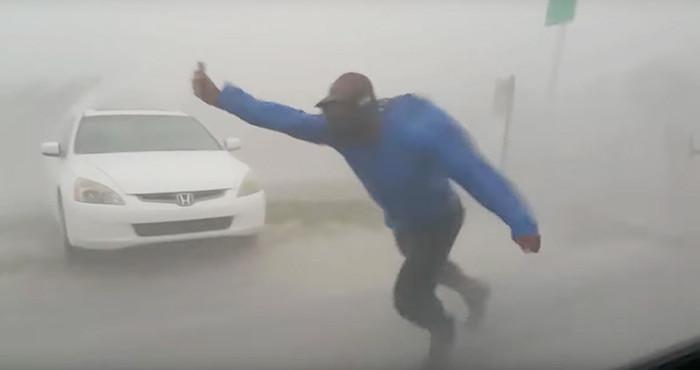 Un cazador de tormentas arriesga su vida para estudiar el huracán Irma