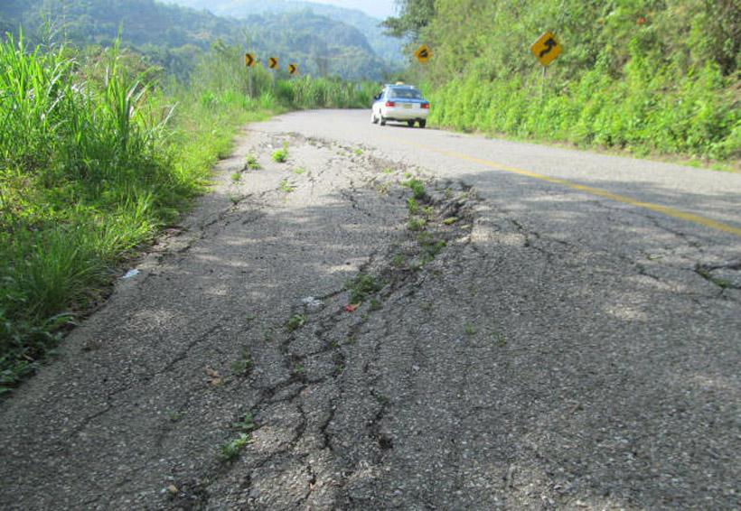 Asfaltos deteriorados en Huautla de Jiménez, Oaxaca