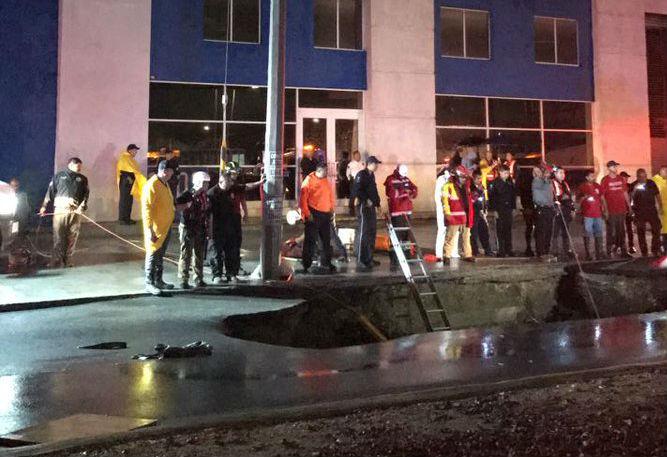 Cae familia de Monterrey en socavón; muere una mujer | El Imparcial de Oaxaca
