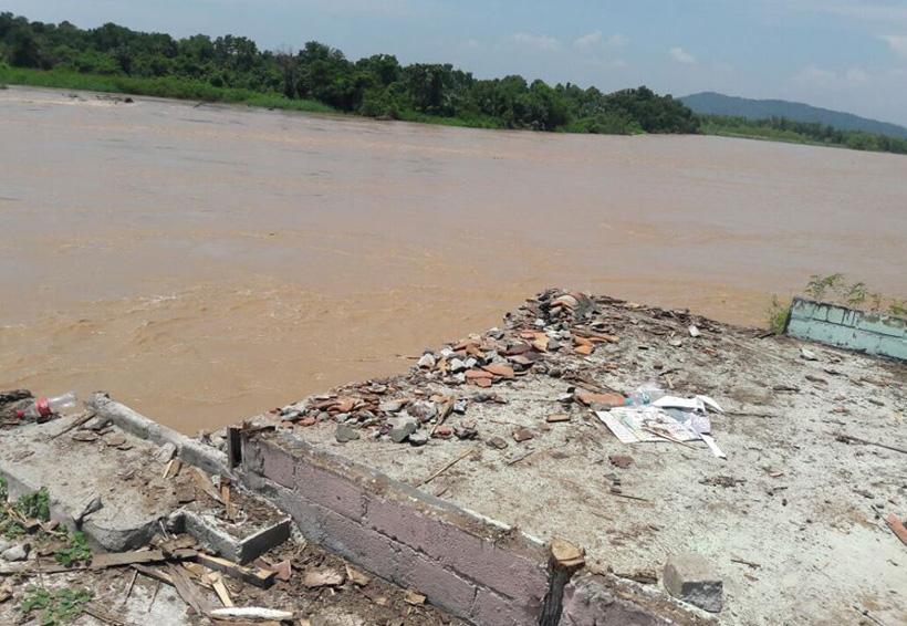 A punto de desbordarse río Verde en la costa de Oaxaca