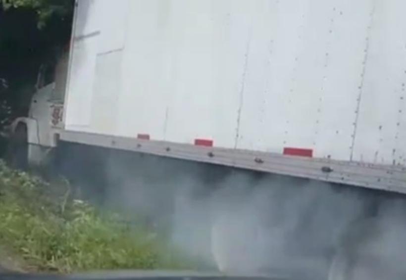 Video: Tráiler con víveres se queda sin frenos; PF evita accidente | El Imparcial de Oaxaca