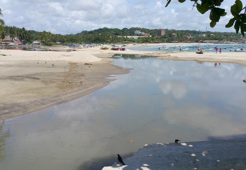 Video: Contaminan la bahía de Puerto Escondido de forma deliberada