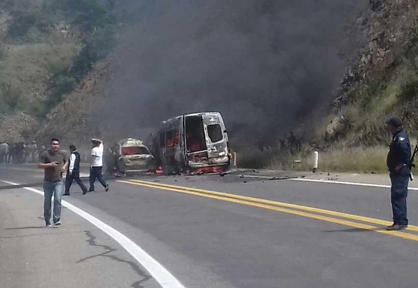 Arden autos en la súper carretera de Oaxaca