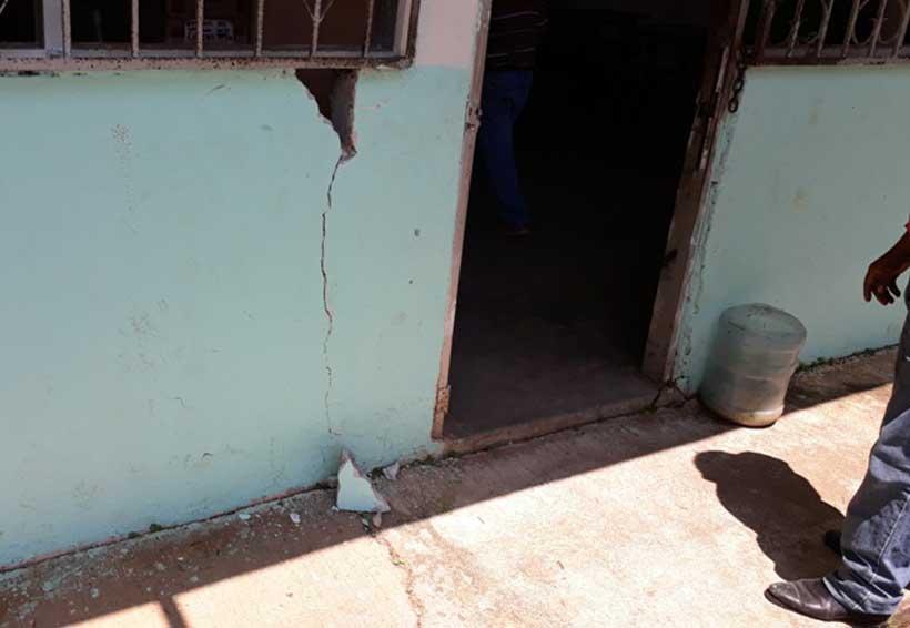 Con paredes cuarteadas, trabaja Telesecundaria de Tuxtepec, Oaxaca