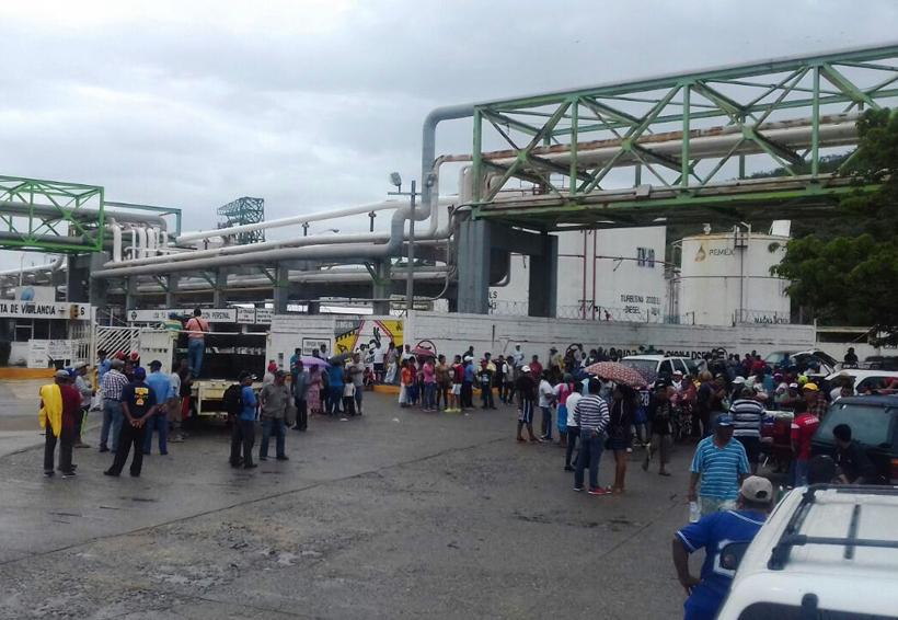 Habitantes de las Salinas del Marqués se manifiestaron en la Terminal Marítima | El Imparcial de Oaxaca