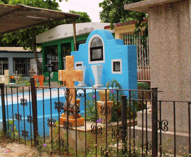 Rehabilitan el panteón de Salina Cruz para las fiestas de muertos