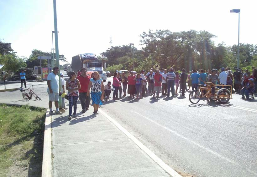 Bloquean la carretera del Istmo; exigen  pago de Empleo Temporal   El Imparcial de Oaxaca