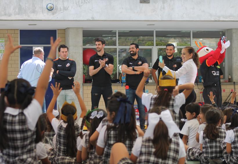 Alebrijes de Oaxaca invitan a los niños al partido de fútbol