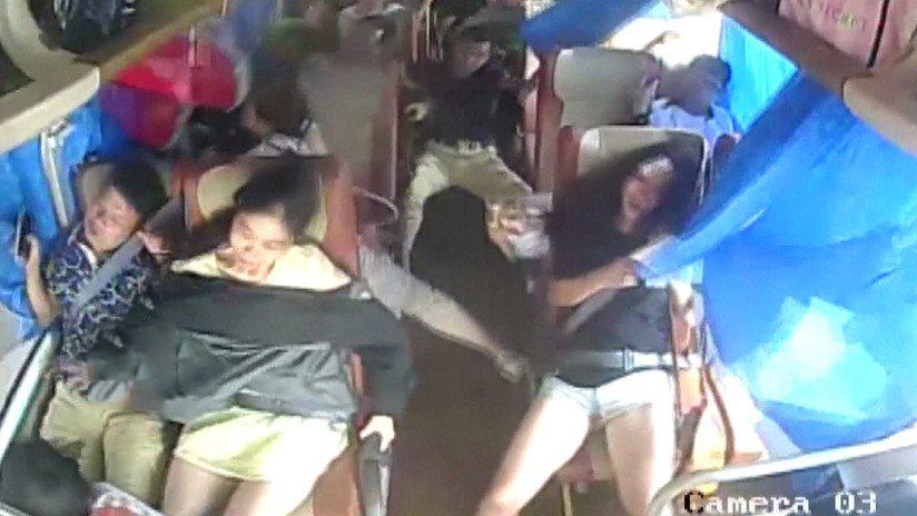Video: Autobús lleno de pasajeros vuelca al chocar con un auto | El Imparcial de Oaxaca