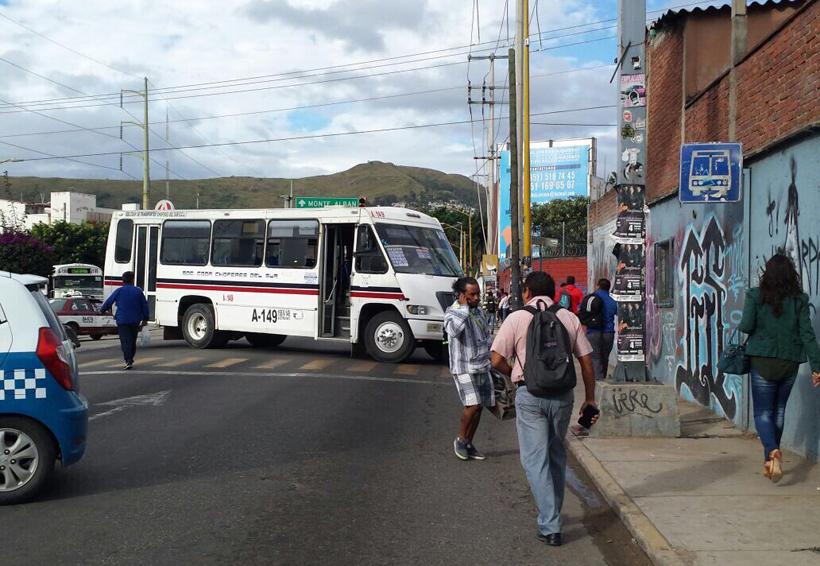 Padres de familia de EST 106 bloquean oficinas de Protección Civil para exigir evaluación | El Imparcial de Oaxaca