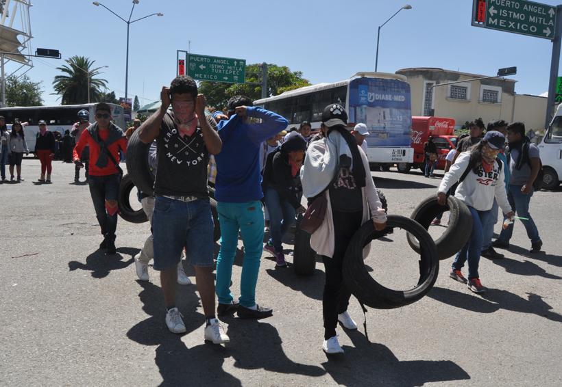 Retienen normalistas autobuses y camiones en Oaxaca | El Imparcial de Oaxaca