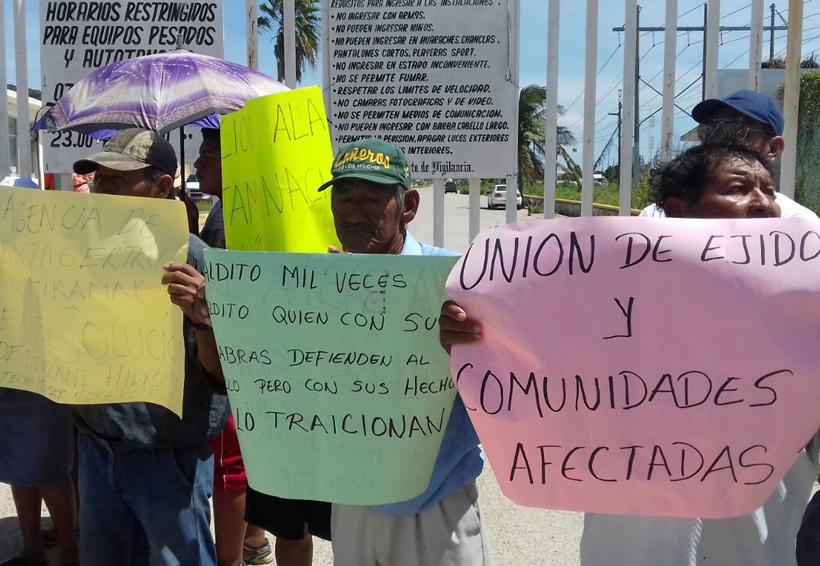 Ejidatarios del Istmo cierran el acceso a la Refinería de Pemex