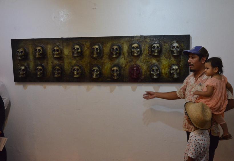 Inauguran muestra pictórica 'Los muertos al cajón, los vivos al fiestón'