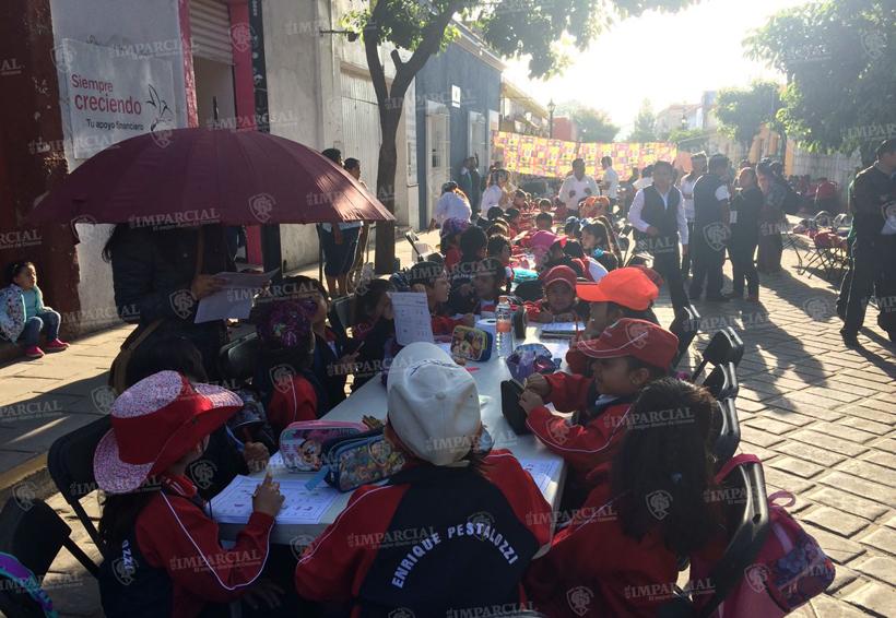 Alumnos de la escuela Enrique Pestalozzi toman clases en la calle | El Imparcial de Oaxaca