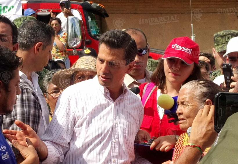 Video: Entrega EPN tarjetas de ayuda a damnificados de Oaxaca | El Imparcial de Oaxaca
