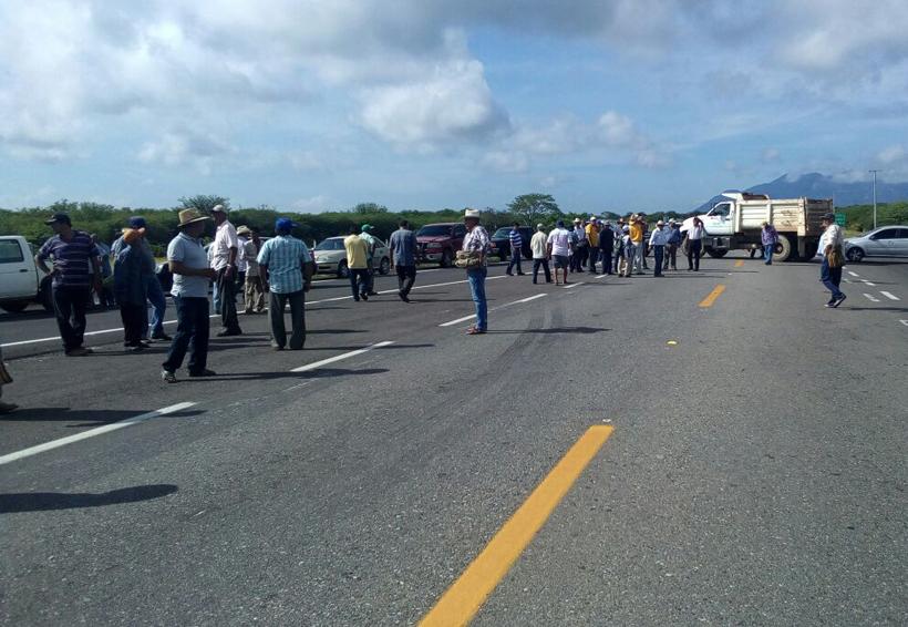 Bloquean comuneros la autopista para exigir se atienda situación en el Istmo