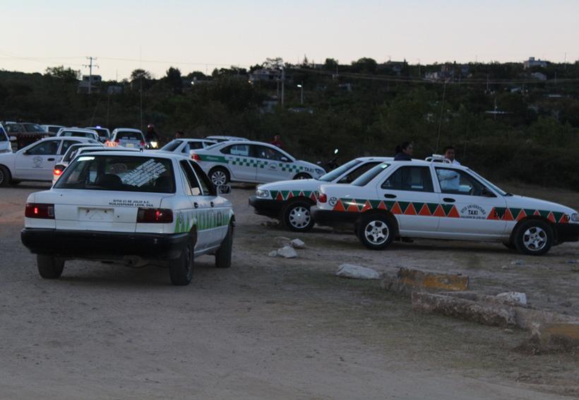 Taxis irregulares invaden rutas en en Huajuapan de León, Oaxaca