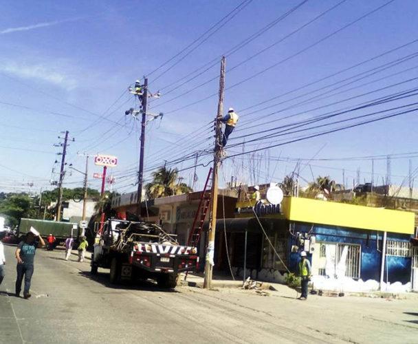 Reparaciones de la CFE provocan caos vial en Salina Cruz, Oaxaca