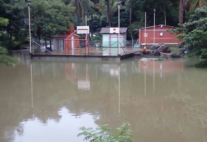 Familias de Tuxtepec incomunicadas  por desbordes  de río
