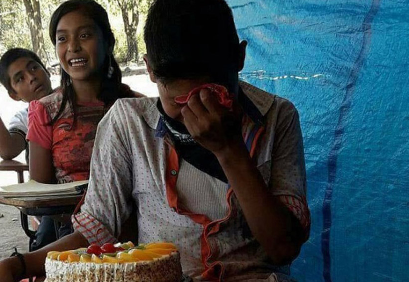 Joven llora al recibir su primer pastel de cumpleaños | El Imparcial de Oaxaca
