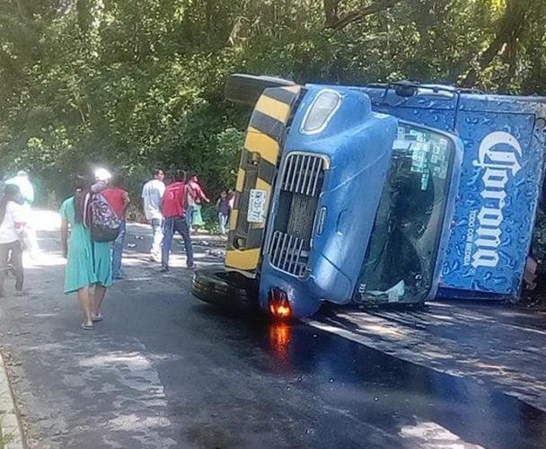 Se voltean con camión de cervezas en la Costa de Oaxaca