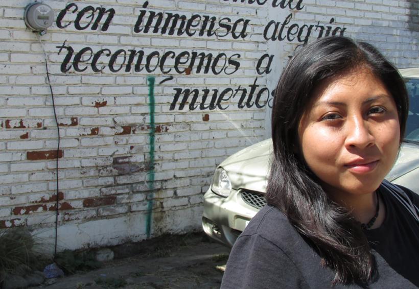 Comparsa femenil anda  por las calles de Jalatlaco, Oaxaca