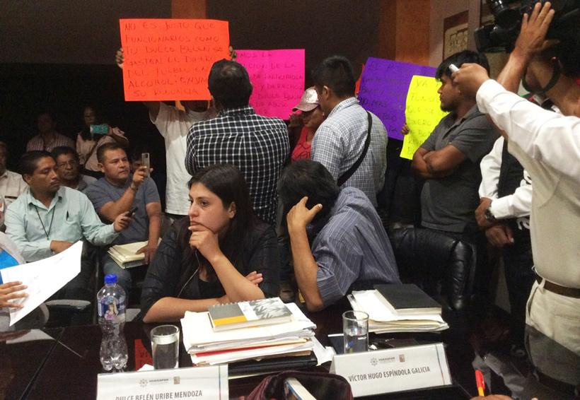 Protestan ciudadanos de Huajuapan en sesión  de cabildo; se tuvo que suspender