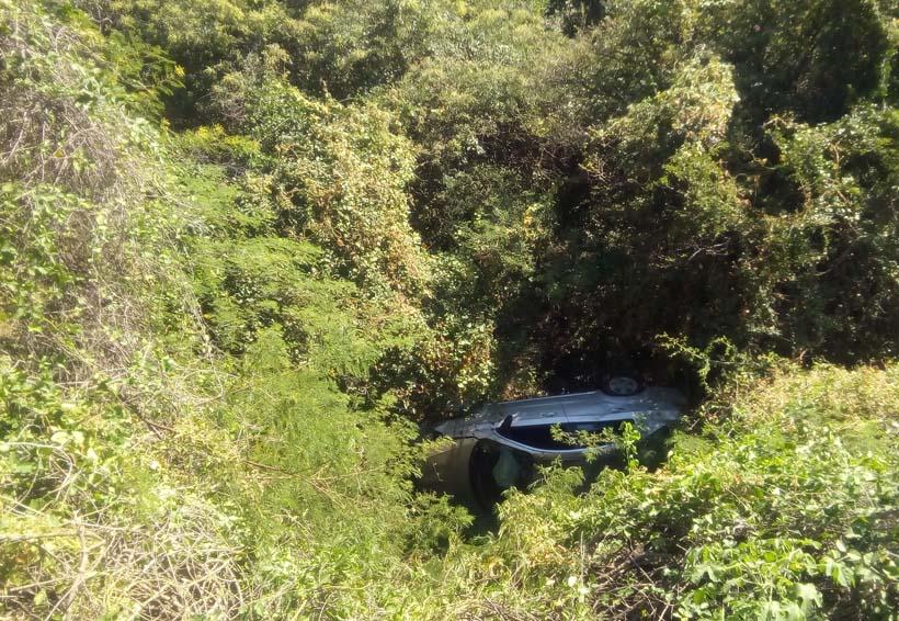 En Salina Cruz, automovilista llevaba prisa; cae al barranco | El Imparcial de Oaxaca