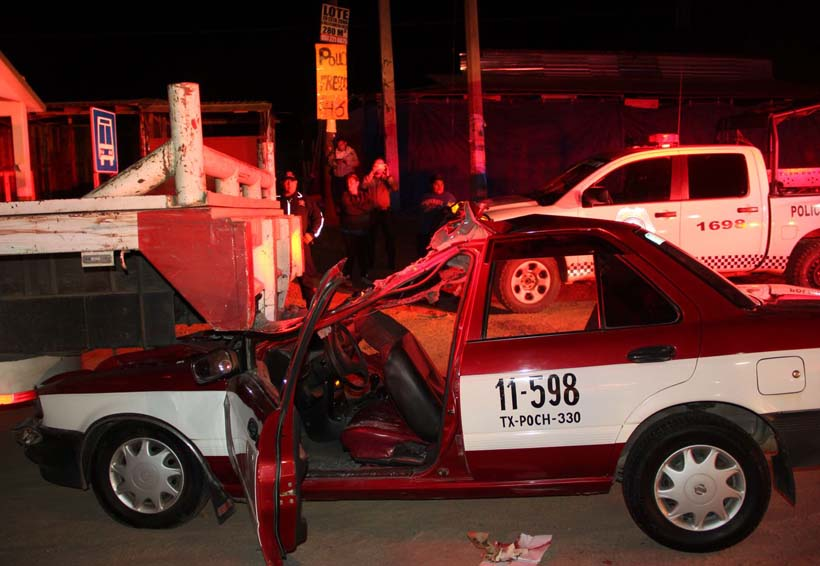 Quedan prensados al chocar taxi contra camión en Lachigoló | El Imparcial de Oaxaca