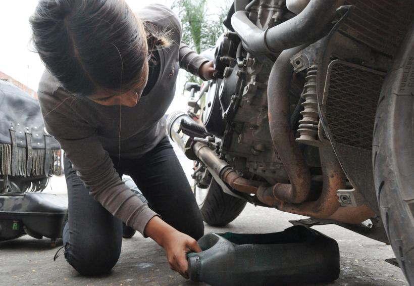 Gabriela, una mujer decidida que trabaja en un taller de motocicletas