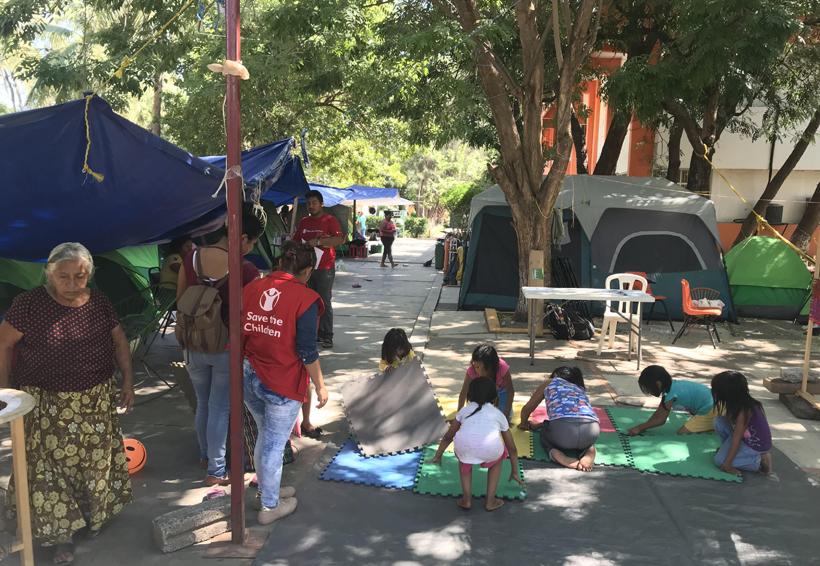 Continúa la atención a niños en Juchitán