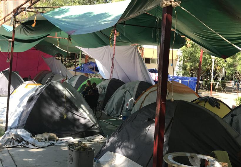 Abandonan a damnificados  del albergue del ITI en Juchitán, Oaxaca