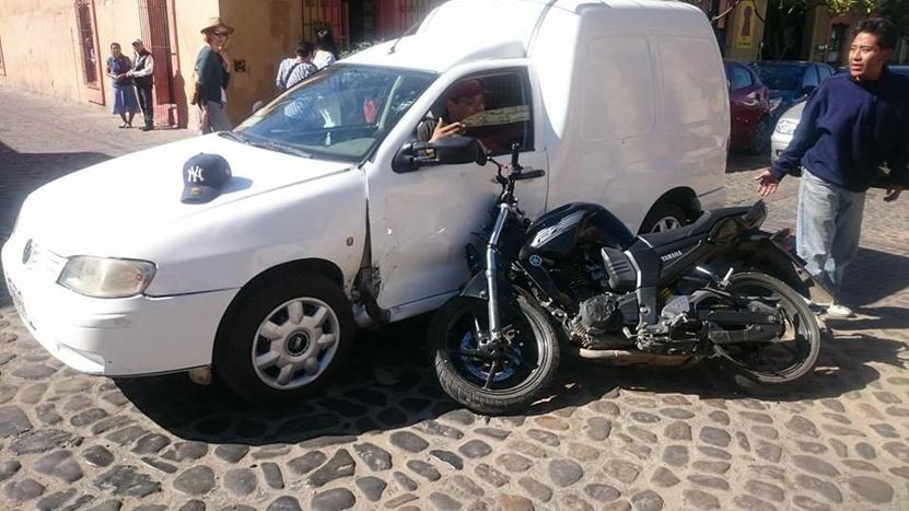 Choca y abandona su moto en Jalatlaco, Oaxaca | El Imparcial de Oaxaca