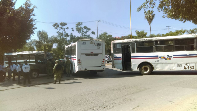 Colisionan militares en  Avenida Universidad, frente a la Plaza Oaxaca | El Imparcial de Oaxaca