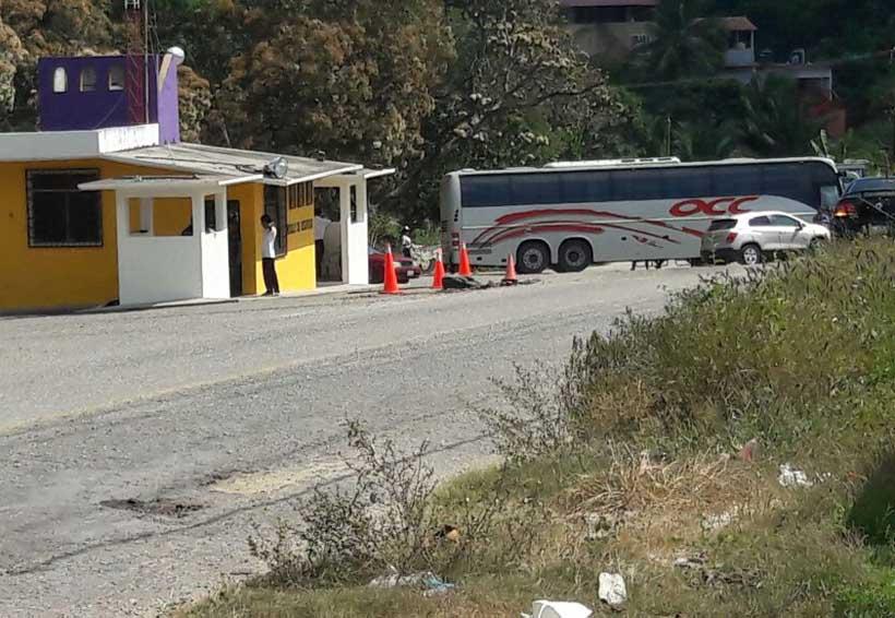 Normalistas de San Juan Cacahuatepec secuestran camión para pedir dinero