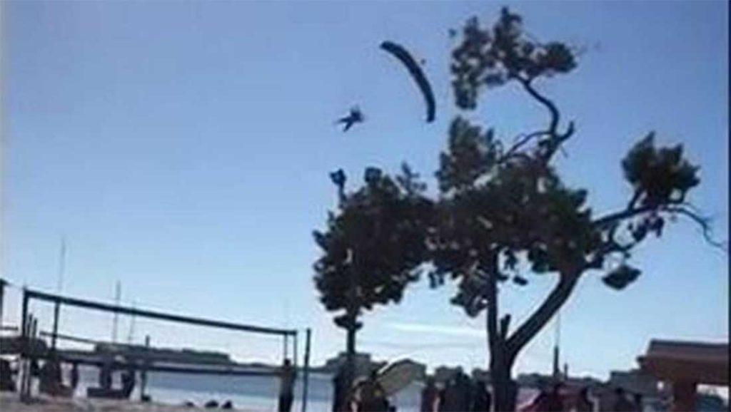 Video: Santa paracaidista termina en el hospital por mal aterrizaje | El Imparcial de Oaxaca