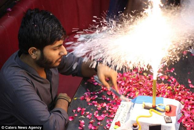 Video: joven pakistaní termina envuelto en llamas en su cumpleaños | El Imparcial de Oaxaca