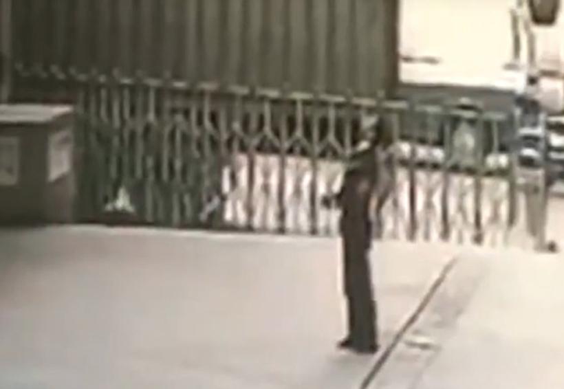 Video: Guardia de seguridad muere aplastado intentando salvar a mujer suicida | El Imparcial de Oaxaca