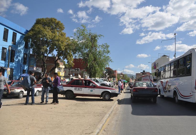 Automovilistas de Oaxaca brincan el cordón cuneta  para atravesar periférico | El Imparcial de Oaxaca