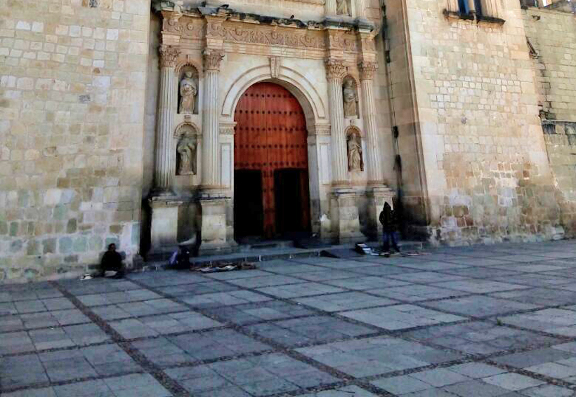 Invaden ebrios e indigentes área de Santo Domingo en Oaxaca