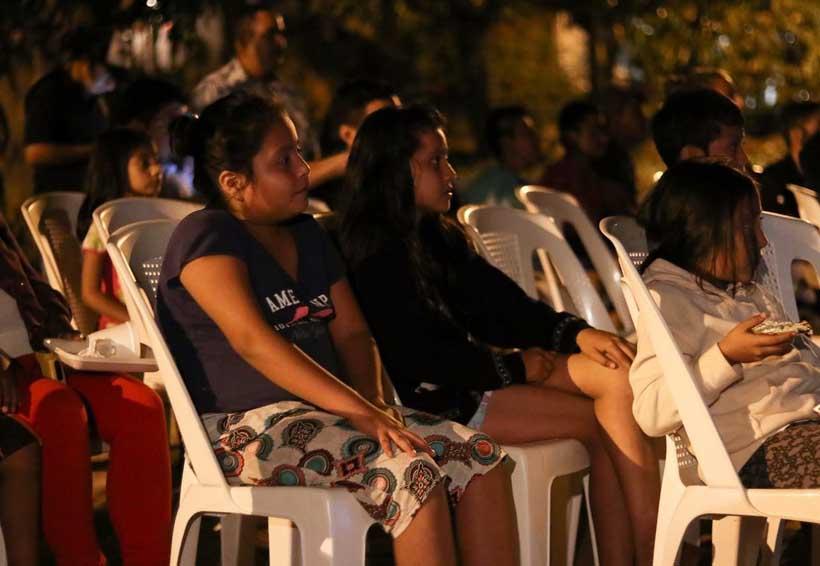 Llevan a jóvenes cine en comunidades de Huatulco, Oaxaca | El Imparcial de Oaxaca