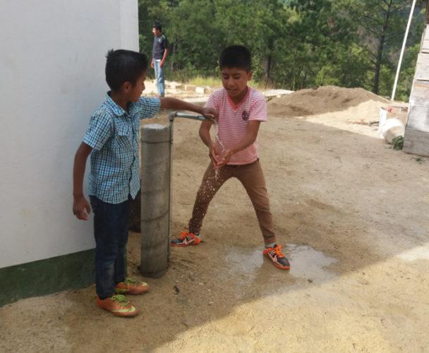 Llevan agua potable a familias de Santos Reyes Nopala, Oaxaca